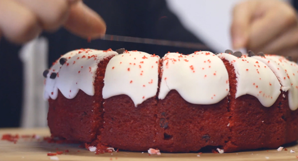 cutting-cake-with-floss