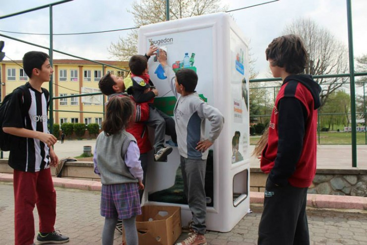 vending-machine-feeds-stray-animals-in-exchange-for-recycled-bottles-8-740x493