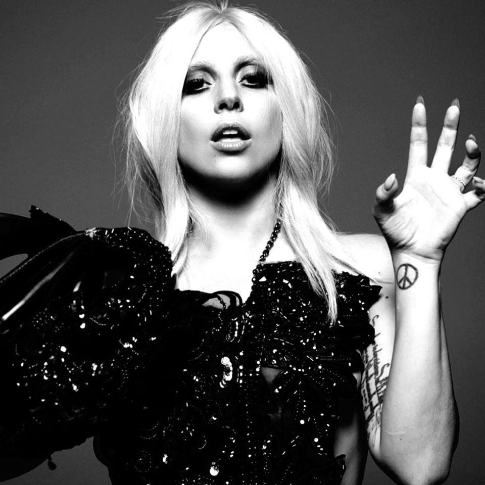 [PHOTOS] Lady Gaga Goes Topless At A Pizza Shop, Because She's Lady Gaga