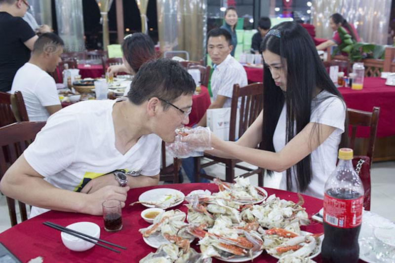crab_peeler_lady_2