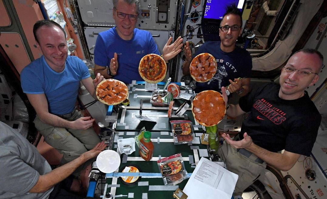 Qué Comen Los Astronautas En El Espacio: Watch Astronauts Make Pizza In Outer Space For The Best